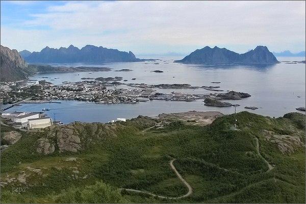 Svolvær z jihovýchodního vrcholu horyTjellbergtinden