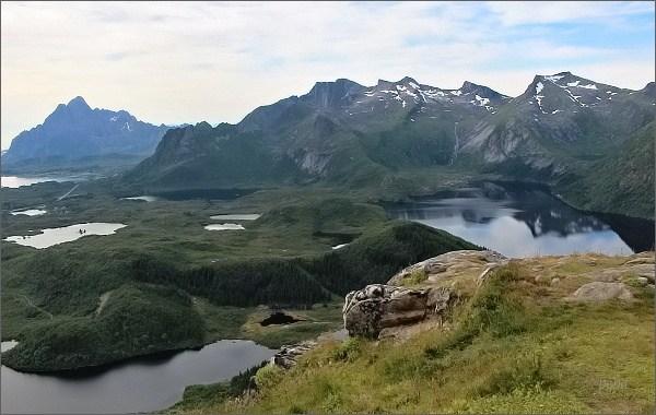 Pohled z hlavního vrcholu horyTjellbergtinden . Vpravo jezero Stor-Kongsvatnet