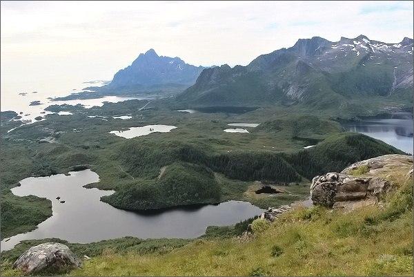 Pohled z hlavního vrcholu horyTjellbergtinden k sevrozápadu