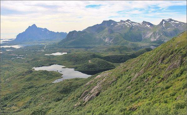 Pohled z vrcholového hřebene hory Tjellbergtinden k severozápadu