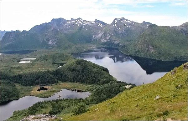 Pohled z vrcholového hřebene hory Tjellbergtinden k jezeru Stor-Kongsvatnet