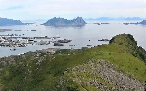 Vedlejší, jihovýchodní vrchol hory Tjellbergtinden z vrcholu hlavního