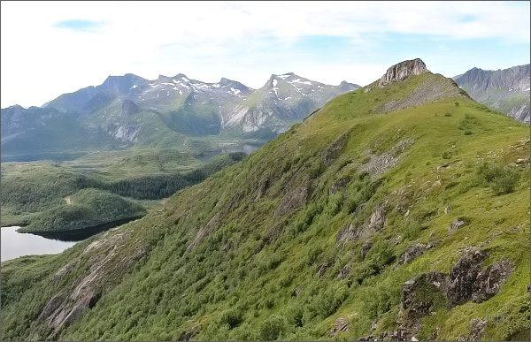 Hlavní vrchol hory Tjellbergtinden z vrcholu vedlejšího