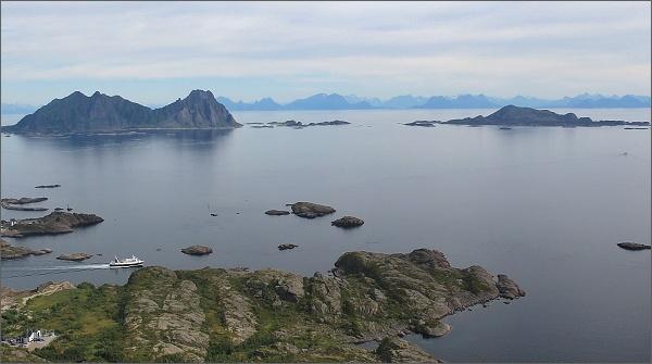 Jihovýchodní vrchol hory Tjellbergtinden. Pohled k pevnině