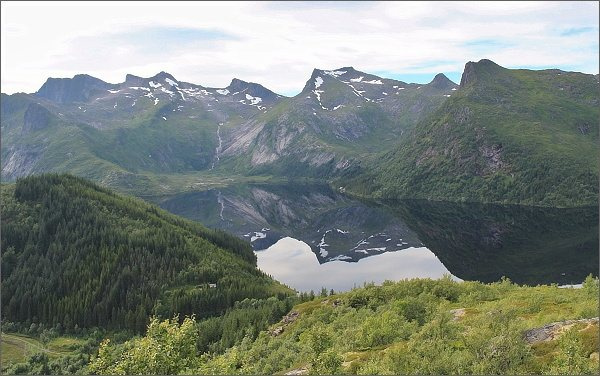 Jezero Stor-Kongsvatnet z hlavního vrcholu hory Tjellbergtinden