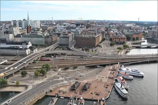Stockholmská radnice. Pohled k přístavišti lodí a k hlavnímu stockholmskému nádraží
