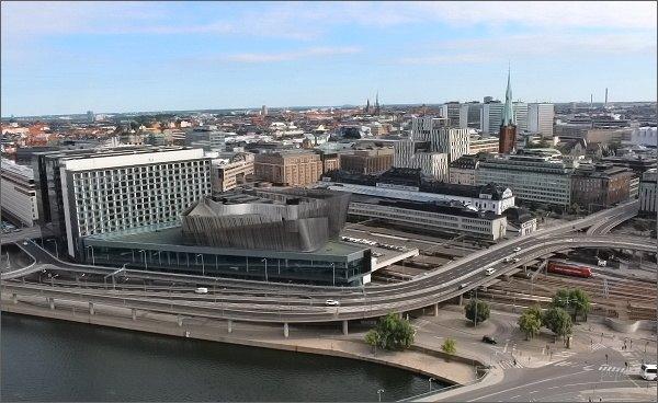 Stockholmská radnice. Pohled k hlavnímu stockholmskému nádraží