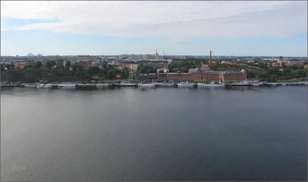 Stockholmská radnice. Pohled přes kanál Riddafjärden na ostrov Södermalm