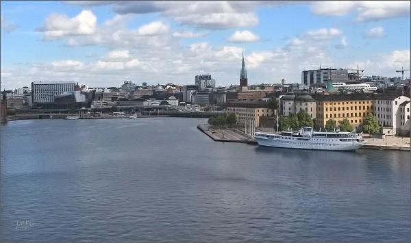 Stockholmská radnice z terasy ostrova Södermalm