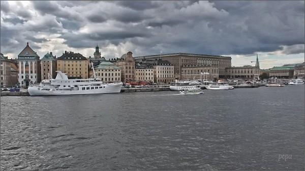 Stockholmský palác a Gamla Stan z paluby trojstěžníku Chapman