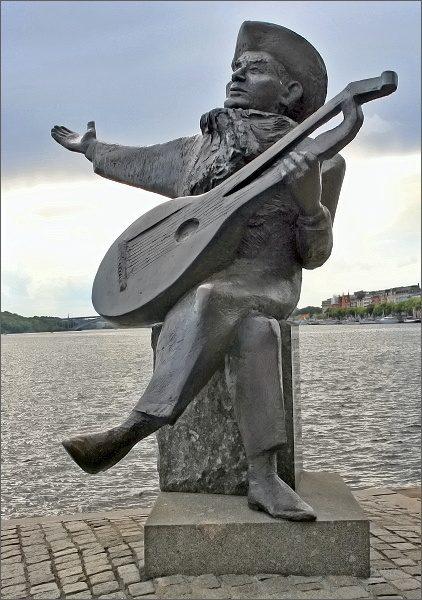 Stockholm. Socha švédského lidového hudebníka Everta Taubeho