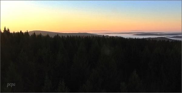Pohled z Aschbergu. Na horizontu vpravo Dyleň, vlevo Lesný