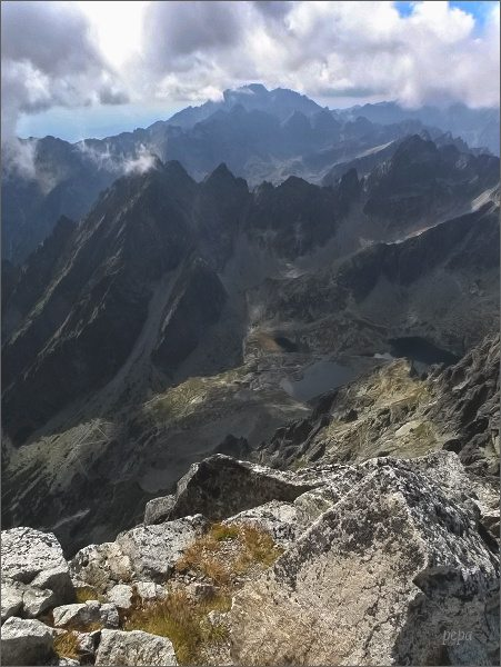 Kotlina Piatich Spišských plies a Prostredný hrebeň z Lomnického štítu. Sokolia veža uprostřed. Na zadním horizontu Gerlachovský štít.