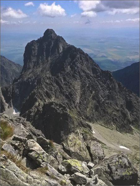 Prostredný hrebeň ze Širokej veže. Nejblíže Priečna veža, za ní Sokolia veža. Nejdále Prostredný hrot.