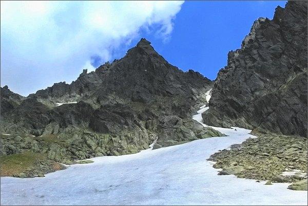 Sokolia veža nad Veľkou Studenou dolinou (Streleckými poliami). Vpravo Drobná štrbina