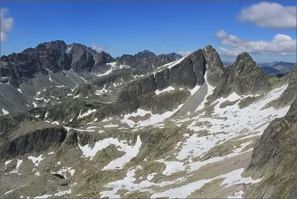 Pohled ze Sokolej veže do Veľkej Studenej doliny. Na horizontu Gerlachovský štít