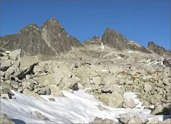 Priečna veža (vpravo) nad Veľkou Studenou dolinou. Dále vlevo Široká veža a Ostrý štít