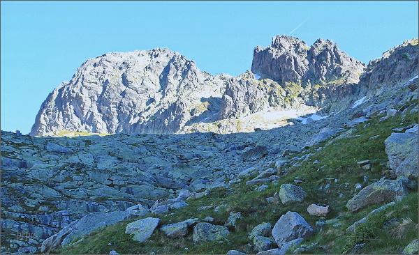Priečna veža (vpravo) nad Veľkou Studenou dolinou (Streleckými poliami). Vlevo Široká veža