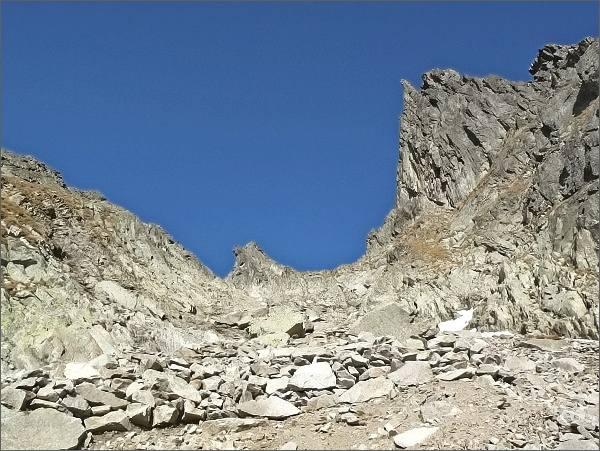 Priečne sedlo ze strany Veľkej Studenej doliny. Nad ním vpravo Priečna veža