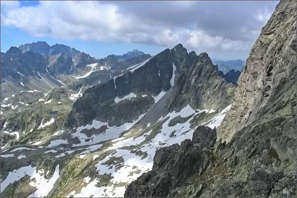 Pohled z Priečnej veže k západu. V popředí Javorový štít, vlevo Gerlachovský štít, před ním Bradavica
