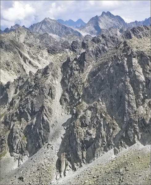 Furkotské veže (uprostřed) nad Nefcerkou z Krátkej