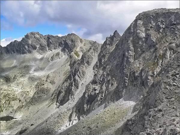 Furkotské veže (uprostřed) nad Nefcerkou (od Nefcerského sedla)