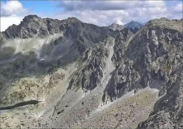Furkotské veže (uprostřed) z Krátkej. Vpravo Ostrá, vlevo Furkotský štít a Hrubý vrch
