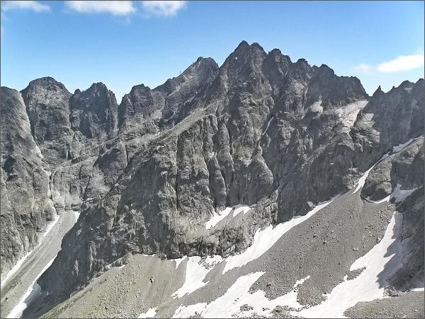 Ovčiarska veža z Čierneho štítu (vpravo zářez Ovčiarskej lávky, nad ním vpravo plochý vrchol Ovčiarskej veže)