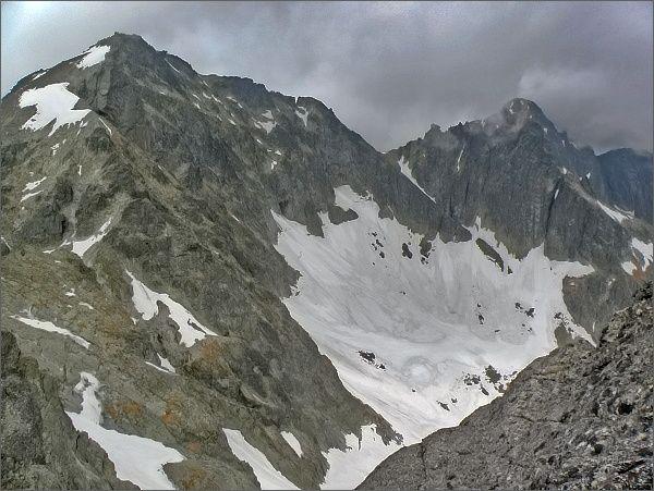 Závěr Veľkej Zmrzlej doliny z Ovčiarskej veže. Vlevo Baranie rohy, vpravo Čierny štít