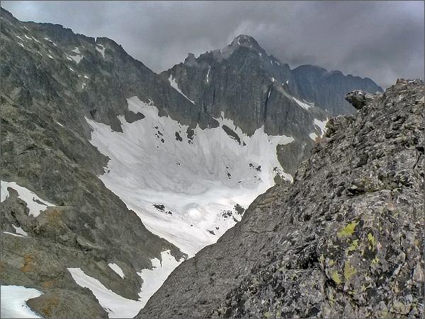 Závěr Veľkej Zmrzlej doliny z Ovčiarskej veže. Uprostřed Čierny štít