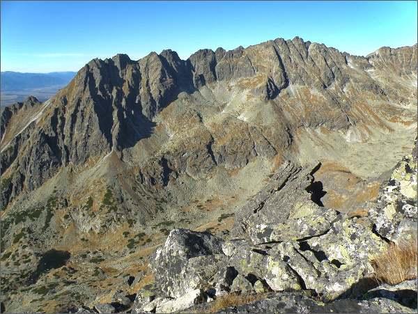 Soliskový hrebeň nad Mlynickou dolinou. Vpravo nejvyšší Veľké Solisko, vlevo od něj Prostredné Solisko.
