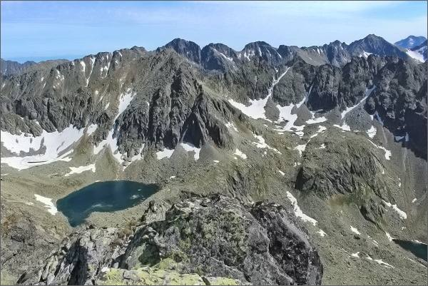 Mlynická dolina z Prostredného Soliska. Capie pleso, nad ním Štrbský štít. Na horizontu uprostřed Mengusovské štíty, vpravo Rysy