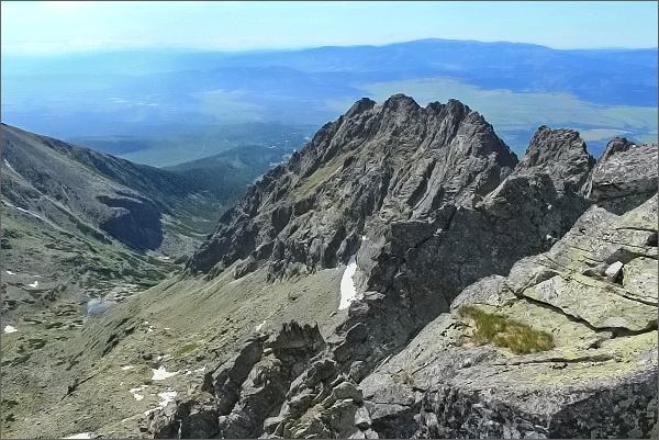 Ústí Mlynickej doliny z Prostredného Soliska. Uprostřed jiřní část Soliskového hrebeňa