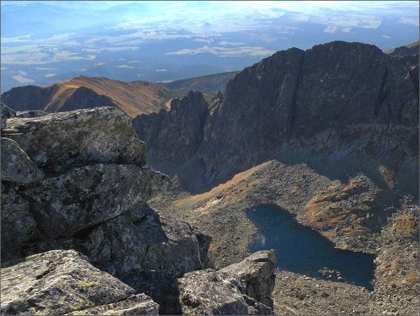 Furkotská dolina z Prostredného Soliska. Urpostřed Ostré veže, Ostrý zárez a Kozí chrbát