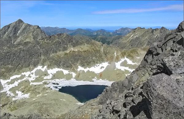 Závěr Furkoteskej doliny s Vyšným Wahlenbergovým plesom z Prostredného Soliska. Vlevo Kriváň