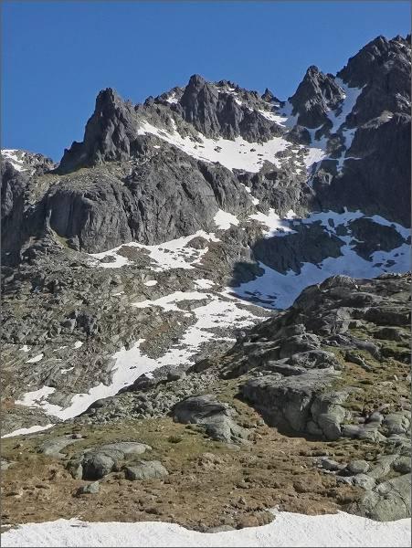 Veterný štít nad Malou Studenou dolinou (uzcela vpravo). Doleva pak Ovčiarska veža a Mačacie veže