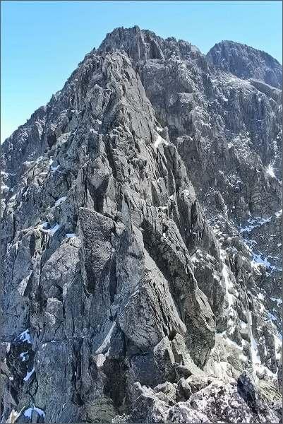 Jihovýchodní část Rázsochy Lomnického štítu z Veterného štítu. Nejblíže Supia veža