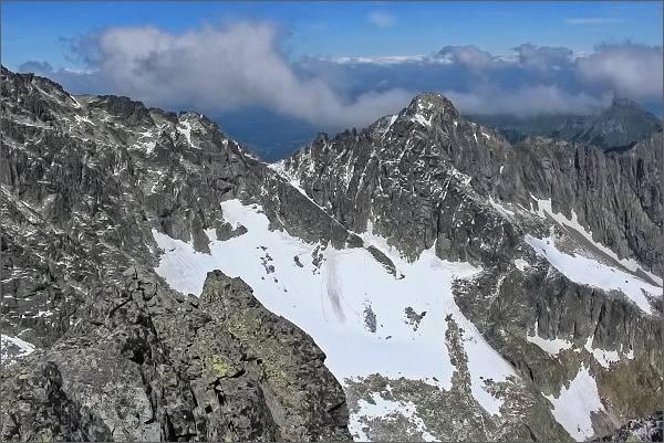 Závěr Veľkej Zmrzlej doliny z Veterného štítu. Uprostřed Čierny štít, za ním v zákrytu Kolový štít