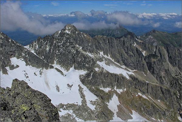 Závěr Veľkej Zmrzlej doliny z Veterného štítu. Uprostřed Čierny štít, za ním v zákrytu Kolový štít. Vpravo uprostřed oblá Jastrabia veža