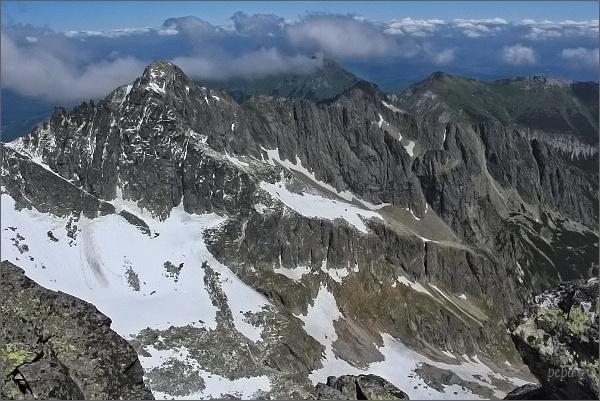 Veľká Zmrzlá doliny z Veterného štítu. Vlevo Čierny štít, za ním Kolový štít. Uprostřed Karbunkulový hrebeň, za ním Belianske Tatry