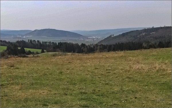 Pohled od Hlubokých Dvorů k Drásovu a Čebínu