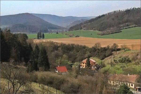 Hajánky, pohled k obci Lomnička, k vrchům Dřínová a Květnice (vlevo)