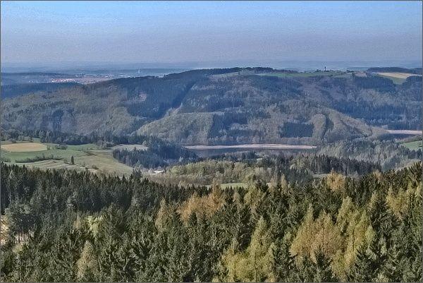 Vírská přehrada, Karasín a Bystřice nad Pernštejnem z rozhledny na Horním lese