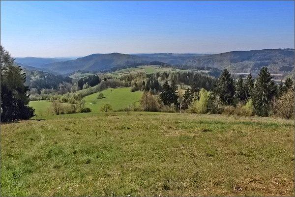 Javorův vrch, pohled k údolí Svratky