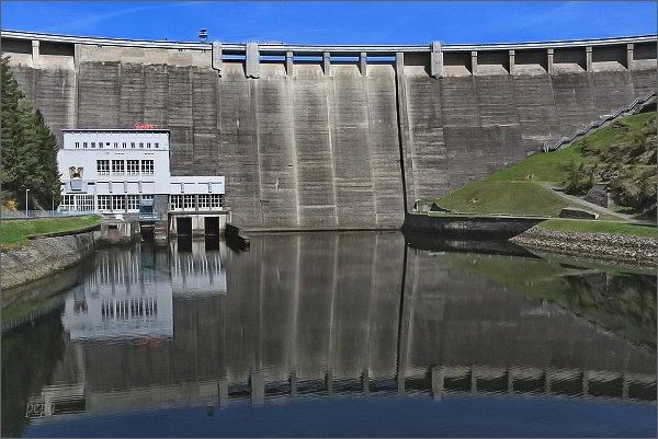 Hráz Vírské přehrady a vyrovnávací nádrž Vír II