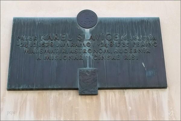 Pamětní tabule na rodném domu Karla Slavíčka