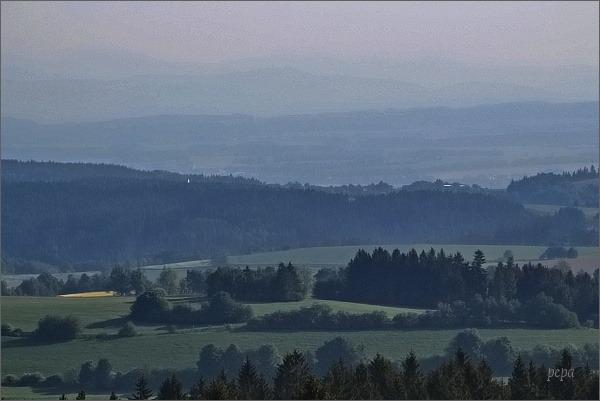 Kontury Jeseníků a Králického Sněžníku z rozhledny Horní les