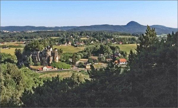 Vyhlídky na severozápadní hraně Slavíčku. Pohled ke skalnímu hradu. Vpravo Klíč