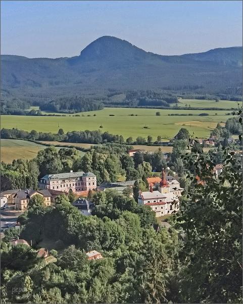 Sloup v Čechách. Zámek a kostel sv. Kateřiny Alexandrijské. Na horizontu Klíč
