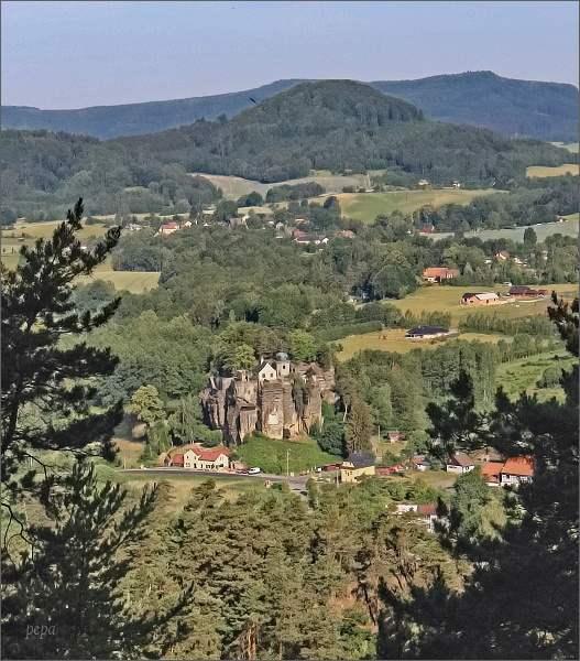 Skalní hrad a poustevna z vyhlídky na Slavíčku